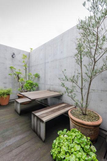テラスのテーブルとベンチは、完成後1 年目につくられた。壁から持ち出されたフレームにデッキ材が張られている。