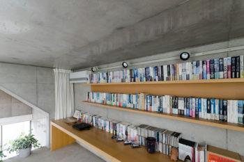 3 階にある本棚とテーブルは、完成後2 年目につくられたもの。