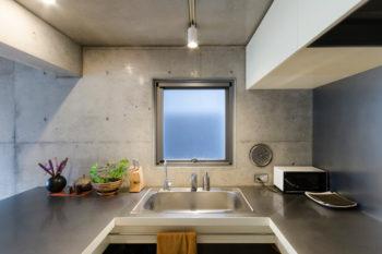 コの字形で使いやすいキッチン。左側のカウンターが広いため配膳・下膳がしやすいという。