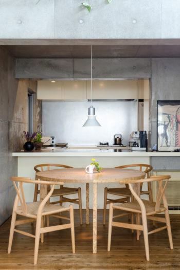 キッチンのカウンターは、大人数での食事会で大皿を並べて好きなものを取って食べる形式にしたときに便利という。