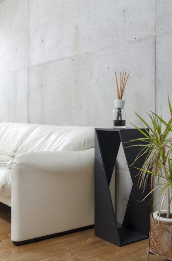 ソファの横に置かれたサイドテーブルはオリジナルデザイン。ラワン合板でつくられ、墨染色で仕上げている。