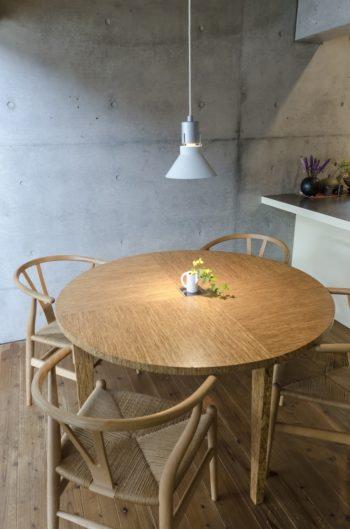 ポプラのLVL(単板積層材)でつくられたダイニングテーブル。こちらもオリジナルのデザイン。