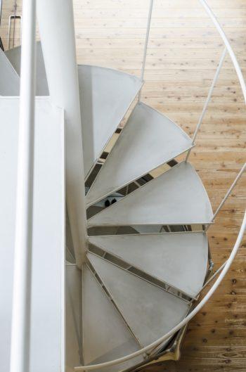 3 階から螺旋階段部分を見下ろす。