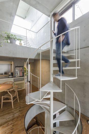 螺旋階段は効率よく居場所をつくれるということから採用された。