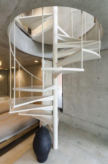 1 階。螺旋階段のフォルムが美しい。