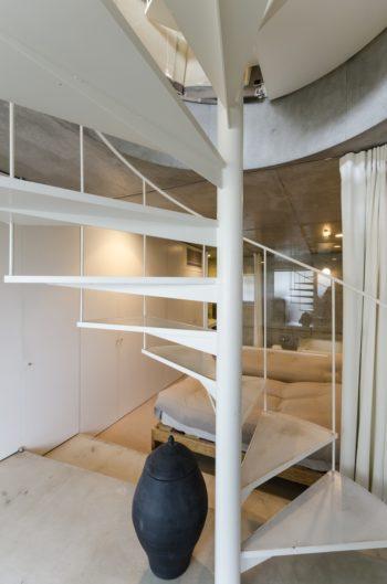 1 階入口部分から寝室と浴室を見る。