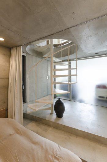 寝室から入口方向を見る。テラスの床がガラスのため、その下のガレージ部分も十分に明るい。