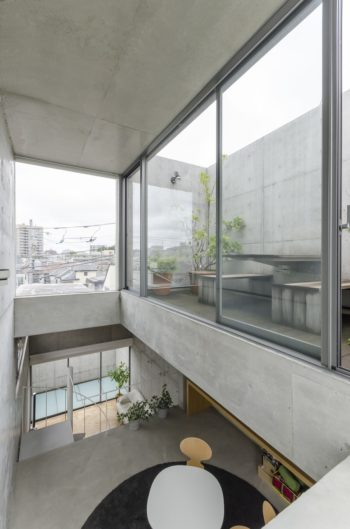 4階レベルの南側から見る。南西側以外はガラス面になっていて、下階へと十分な光をもたらす。