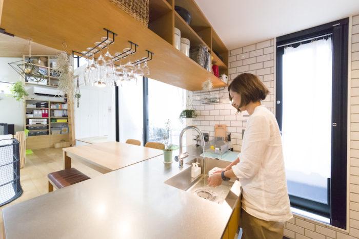 2階全体がゆるやかにつながっていて、対面式のキッチンから見渡すことができる。「ここからお景色が好きです」と奥さま。