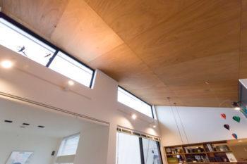 西側の高窓は空へと視線が抜け、気持ちが良い。