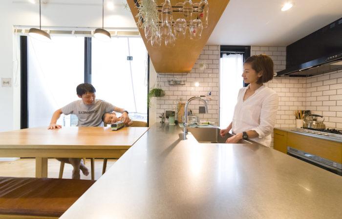 キッチン部分を一段下げたことで、ダイニングとの連続性が保たれ、視線も合いやすい。