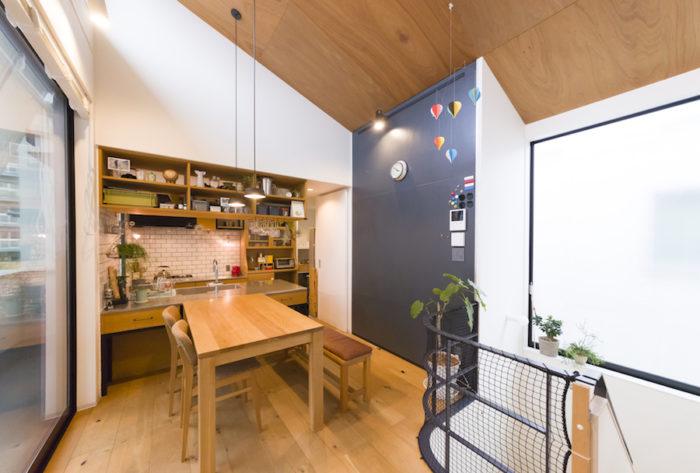 天井はラワン材、ダイニングテーブルはオーク材を使用。木やアイアン、タイルなど異なる素材の組み合わせが楽しい。
