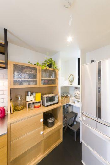 以前から使用していた、家具職人の友人が作製したキッチンボード。このスペースを確保して他のレイアウトが決まっていった。