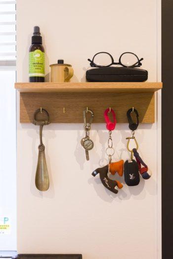 このキーハンガーも家具職人の友人の作品。玄関脇に設置。