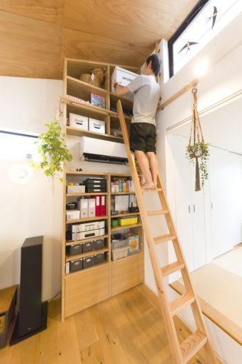 上部の整理は、ハシゴを使用。高窓から屋上に出ることもできる。