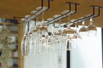 """カフェでおなじみの""""吊るす収納""""。カフェらしさを盛り上げる。"""