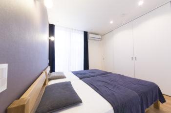 壁一面がクローゼットになった1階の寝室。