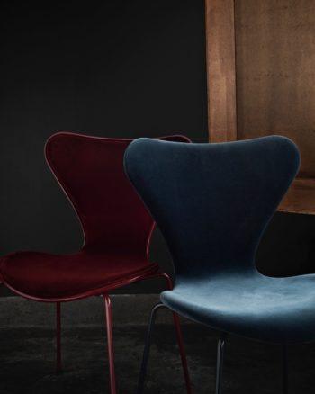 深みのあるノスタルジックな色合いと上質なベルベットが美しく調和。ララ・バー ベリーは、同色のハイグロスペイントのシェルにフロントパディング仕様。ララ・カスピアンは、フルパディング仕様。