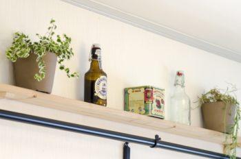 元からついていたという棚には、グリーンや小物をディスプレイ。真ん中の可愛らしい缶は、スペイン料理に使うスモークパプリカパウダーが入っていたもの。