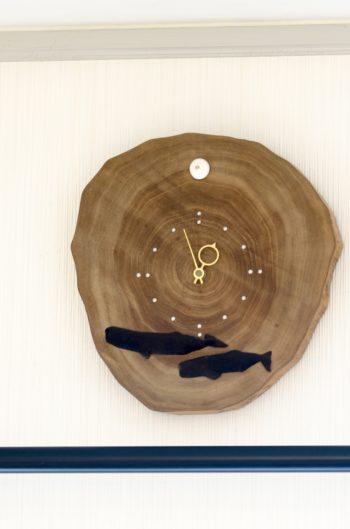 父島の木工屋さんがつくってくれた結婚祝いの時計。美しい木目が特徴のタマナという木でつくられている。本物の貝殻や彫られたマッコウクジラが、小笠原の海を思い出させてくれる。