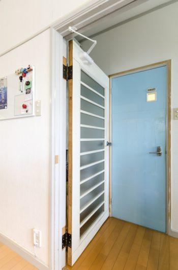 五味邸の室内の扉は、どこかレトロで味わい深い。