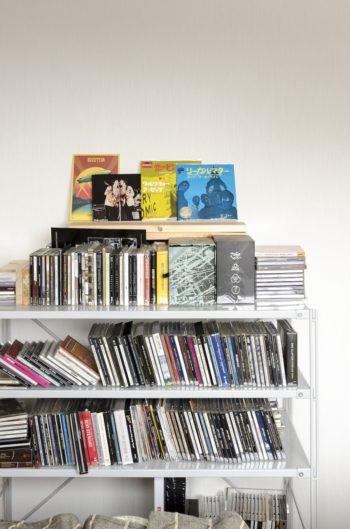 岳さんのCDコレクションのほんの一部。中高生の時にお小遣いをためて買ったものもあり、「どれも大切で手放せない」そう。