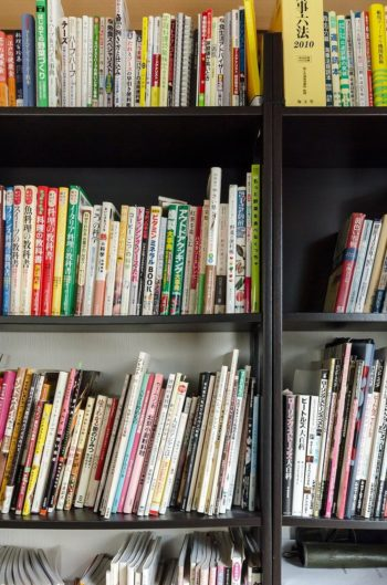 料理と音楽の本が並ぶ五味家の本棚。