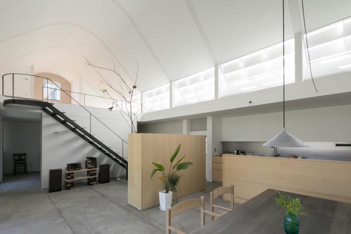 中央の書棚や右手のキッチンなど、鈴木邸の家具はすべて手嶋さんが設計し、エレメントウッドワークスがつくっている。