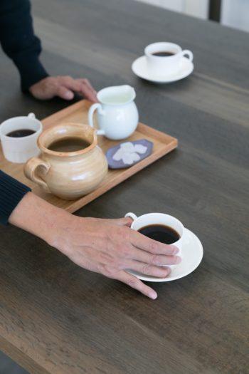 ミルで豆を挽き、じっくりと淹れたコーヒーを味わう。