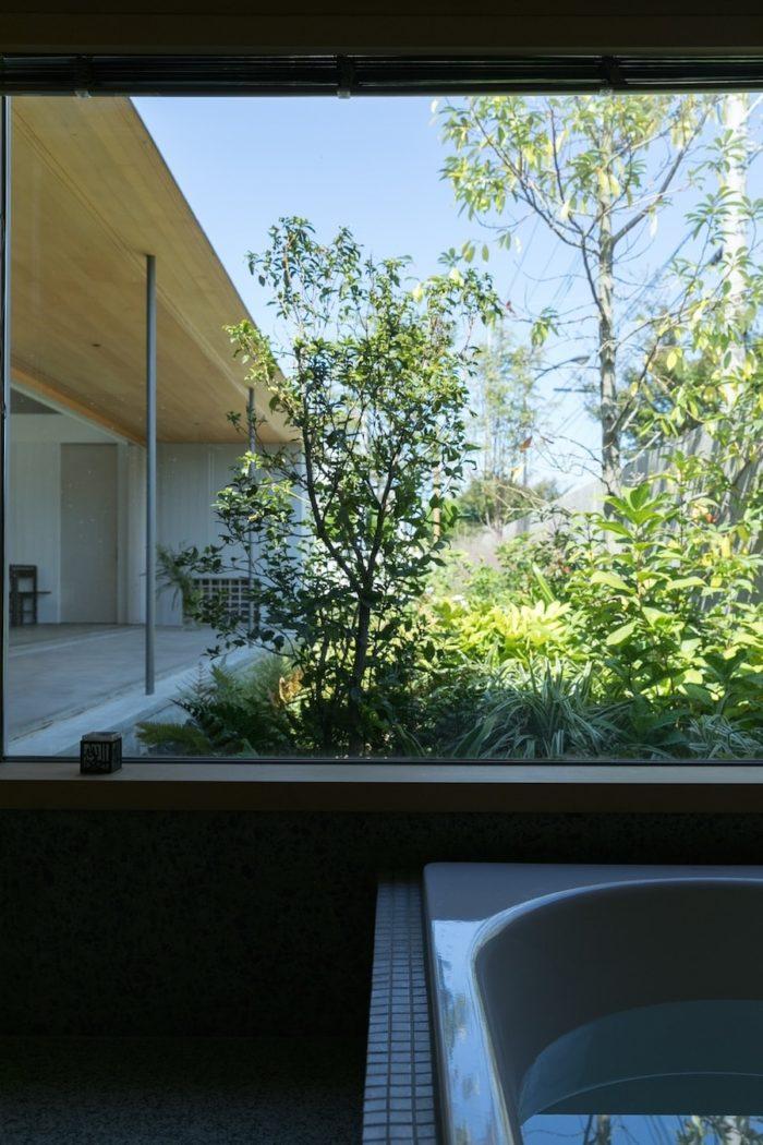 離れのような浴室からも庭を眺められる。
