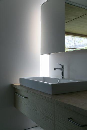 洗面室。光の反射が美しい。