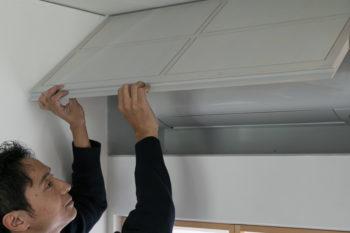 エアコンは壁にビルトインされており、使わないときは扉で隠すことができる。