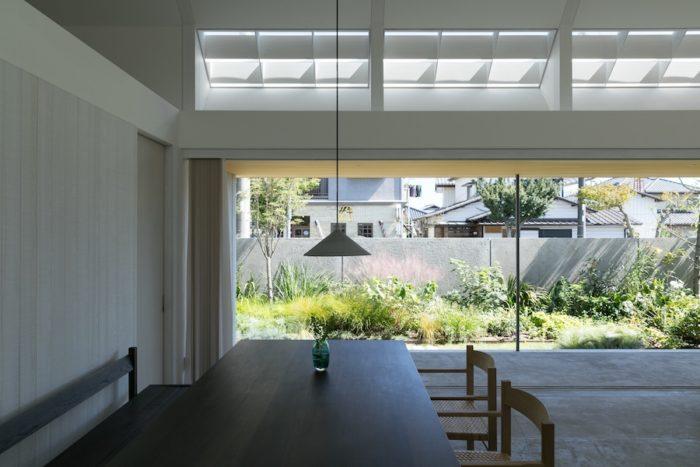 ガラス戸と網戸をフルオープンにしたところ。内と外の境界がなくなり、庭をより一層身近に感じられる。照明はflameのもの。