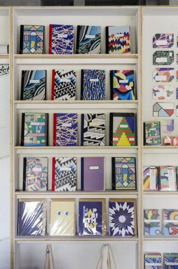 パッと目を引くカラフルなノートのコレクション。日記や仕事用のメモ、レシピブックなど使い方は自由。