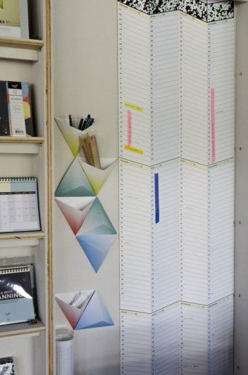 三角の収納ボックス「トライアングル」はピンでとめて壁掛けに。1年分のカレンダーが一目でわかる「THE PARCOURS」は長さが約3m。