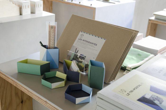 自分で組み立てて使う収納ボックス。ペン立てやカード入れなどさまざまなサイズが1セットに。