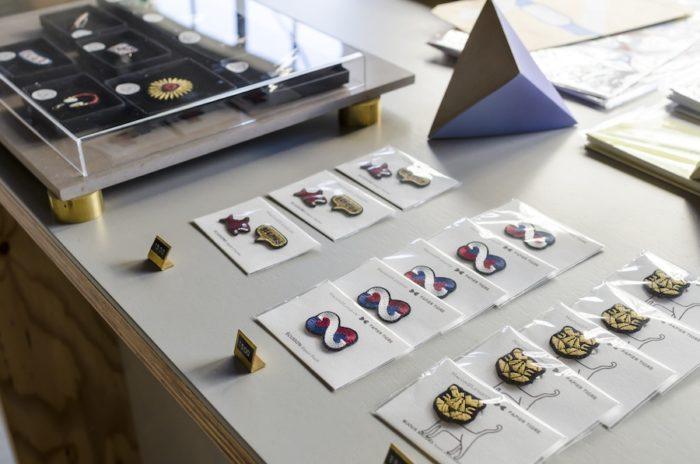 パリ生まれの刺繍ブランド「Macon & Lesquoy」。「パピエ ティグル」とコラボレーションしたタイガーピンも。