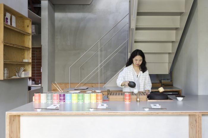 鉄窯で温めた湯を急須に注いで茶を抽出。1種類につき、三杯煎じることができ、味や香りの変化が楽しめる。