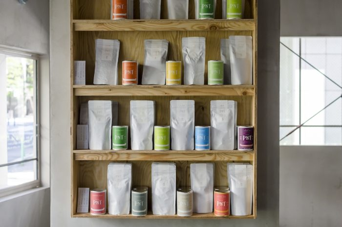オリジナルの茶葉12種類はパック入りと缶入りの2サイズで販売。家でも「ティーグル」のお茶が味わえる。