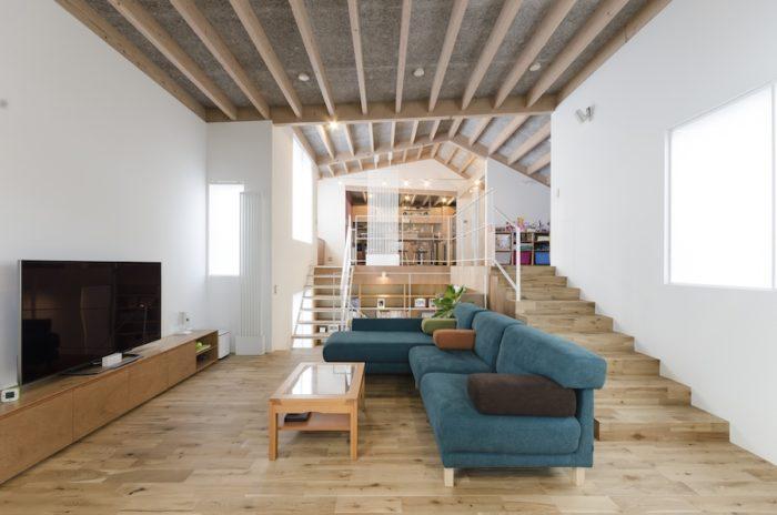 2 階は仕切りのほとんどない1 室空間。広さがあるが、高低差があるためゆるやかに区切られていて居心地がいい。広く光る開口はガラス面の手前にツインカーボの建具が仕込まれている。断熱性を上げるとともに、障子のような柔らかな光を室内に拡散する。
