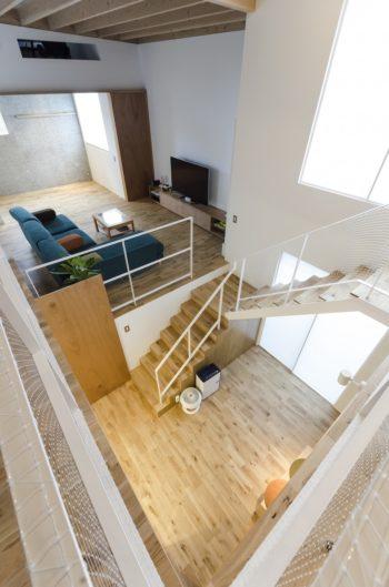 ダイニング側から1階を見下ろす。