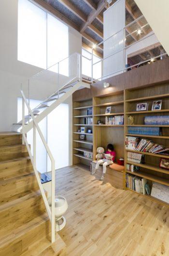 左の大きな開口から入った光がこの読書コーナーを介して1階のスペースに広がる。