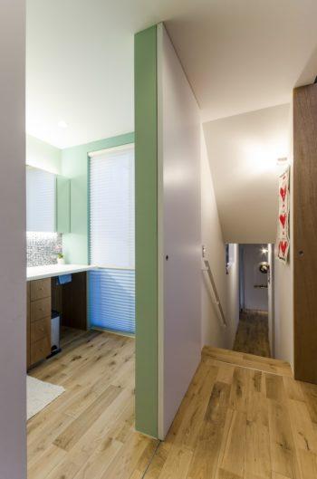 洗面所と寝室の壁は奥さんの希望で緑系の色に。左の鏡の下のタイルは壁の色に合わせて選んだもの。