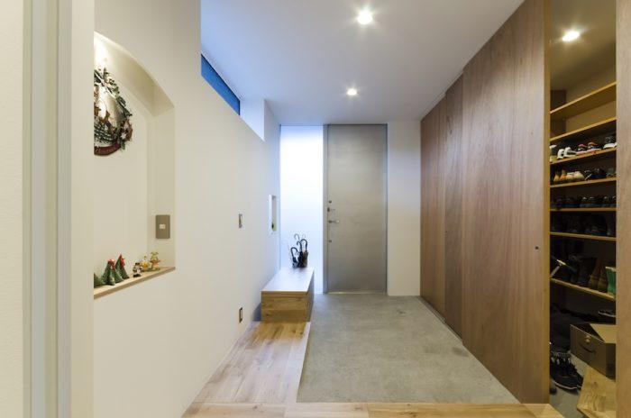 大人数の客に対応できるように玄関も広めにつくった。靴が重ならないようにするためのほかに、このスペースで自転車を整備することも想定したという。