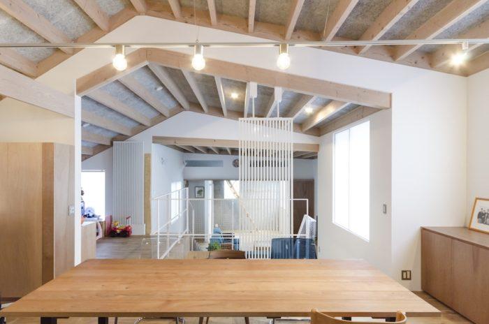 高さと形の異なる天井が連なることで空間に変化をもたらし、いろいろな場をつくり出している。質感のある天井の木毛セメント板には、吸音と断熱の効果がある。