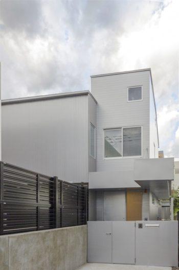 旗竿敷地のため、表の道路からは家の東側の部分しか見えない。