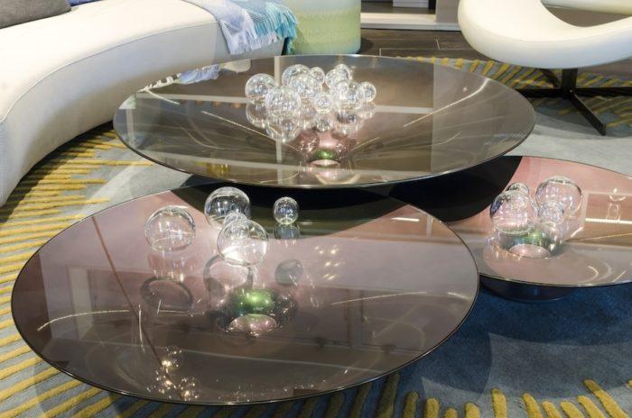 円盤をイメージしたテーブル「OVNI」は内側に特殊な光沢加工を施し、見る角度によって色が変わる。