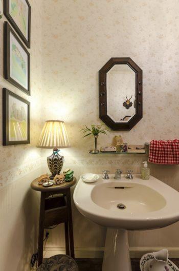 無機質になりがちな洗面台のまわりも、照明や絵を飾れば温かみのある素敵な空間に。