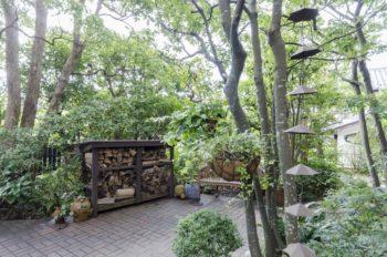 庭には、ご主人が図面を引いてつくった立派な薪小屋が。手先が器用で、何でも自分でつくってしまうそう。