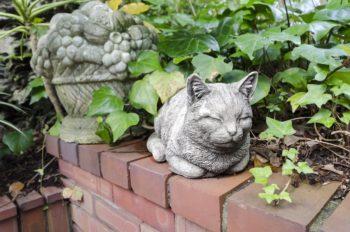 庭先で日向ぼっこをしているような、猫のガーデンオーナメント。毛並みの表現がリアルでおもしろい。